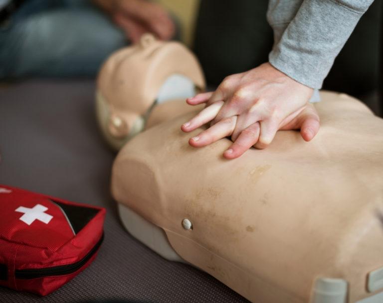 Первая помощь: искусственное дыхание и непрямой массаж сердца